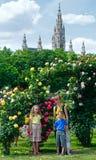 Familie die de dichtbij nam struiken tot bloei komen toe. Stock Foto