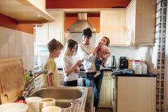 Familie die in de Keuken socialiseren royalty-vrije stock foto