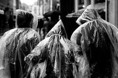 Familie die in de regen loopt Royalty-vrije Stock Fotografie