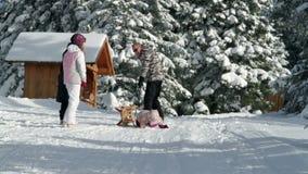 Familie die de winter van tijd genieten die rondwandelen stock video