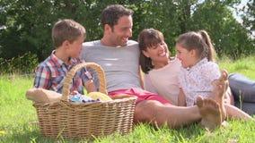 Familie die de Zomer van Picknick in Platteland genieten stock videobeelden