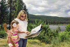 Familie, die in den Bergen wandert Lizenzfreies Stockfoto