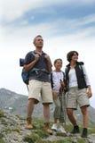 Familie, die in den Bergen wandert Lizenzfreies Stockbild