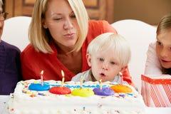 Familie, die den Geburtstag der Kinder feiert Stockfotos