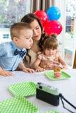 Familie, die den Geburtstag des Jungen feiert Lizenzfreie Stockfotos