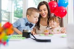 Familie, die den Geburtstag des Jungen feiert Stockfotos