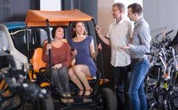 Familie, die den großartigen Ausflug elektrisch an der Miete vorwählt Lizenzfreie Stockfotos