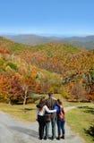 Familie, die in den Herbstbergen wandert stockfotografie