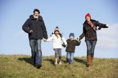 Familie, die in den Park läuft Lizenzfreies Stockbild