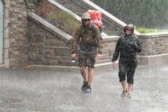 Familie, die in den Regen geht stockfoto