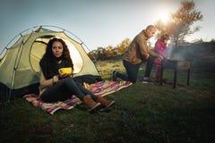 Familie, die den Rest im Freien hat Lizenzfreies Stockbild
