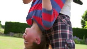 Familie, die den Spaß spielt im Garten hat stock video