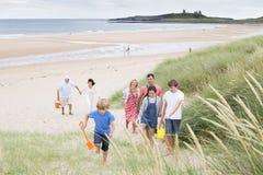 Familie, die den Strand lässt Lizenzfreie Stockfotografie