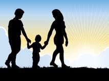 Familie, die in den Sun geht. Lizenzfreies Stockfoto