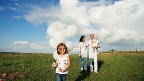 Familie, die in der Natur stillsteht stock footage