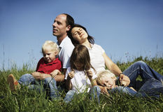 Familie, die in der Wiese stillsteht Stockbilder