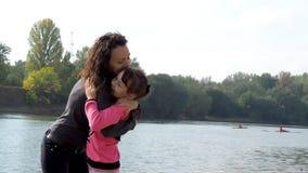 Familie die dichtbij de rivier kampeert stock video
