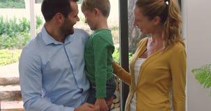 Familie die dichtbij ingangsdeur zich thuis verenigen 4k stock video