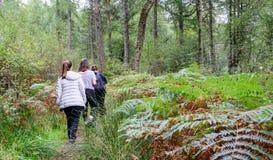 Familie die dichtbij Loch Lomond, Schotland wandelen stock afbeeldingen