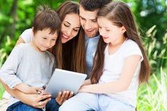 Familie die digitale tablet gebruikt royalty-vrije stock foto