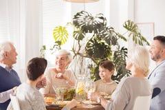 Familie die diner eet stock foto's