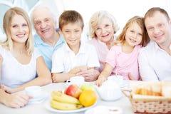 Familie die diner hebben Stock Afbeeldingen