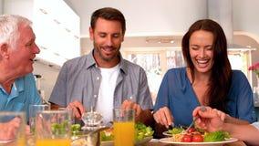 Familie die diner hebben samen stock footage
