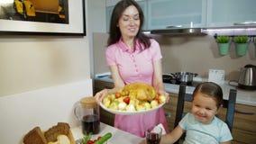 Familie die diner hebben samen stock videobeelden