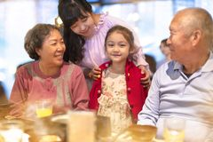 familie die diner in restaurant hebben royalty-vrije stock fotografie
