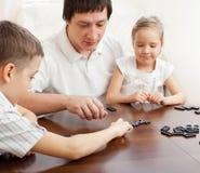 Familie die domino's speelt Royalty-vrije Stock Foto
