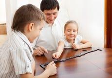 Familie die domino's speelt Royalty-vrije Stock Afbeeldingen