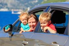 Familie die door auto op overzeese vakantie reizen Stock Afbeeldingen