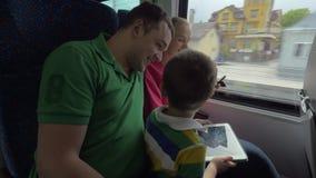 Familie die door trein reizen en digitale tabletten gebruiken stock video
