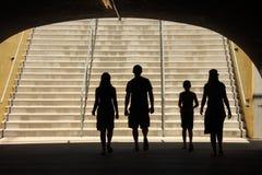 Familie die door tunnel loopt royalty-vrije stock afbeelding