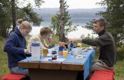 Familie, die draußen frühstückt Lizenzfreie Stockbilder