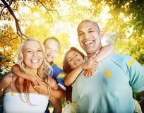 Familie, die draußen Kinder Autumn Concept spielt Lizenzfreies Stockbild