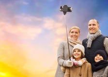 Familie, die draußen selfie durch Smartphone nimmt lizenzfreies stockbild
