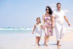 Familie, die durch das Meer geht Stockfoto
