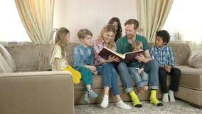 Familie, die durch Fotoalbum schaut stock video footage