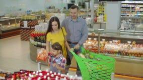 Familie, die durch Mall mit Marktlaufkatze geht stock footage