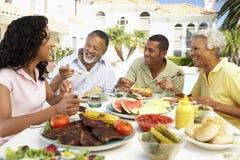 Familie die een Al Maaltijd van de Fresko eet Stock Foto