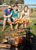 Familie die een barbecue heeft Stock Foto's
