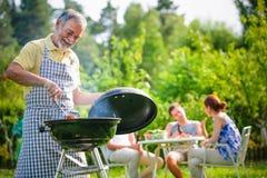 Familie die een barbecuepartij hebben Stock Fotografie