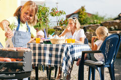 Familie die een barbecuepartij heeft Stock Fotografie