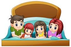 Familie die een boek lezen aan dochter twee op bed op een witte achtergrond royalty-vrije illustratie