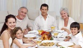 Familie die een diner heeft samen thuis Stock Foto