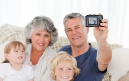 Familie die een foto van zich neemt Stock Foto's