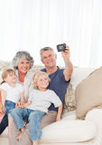 Familie die een foto van zich neemt Stock Afbeeldingen