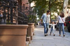 Familie die een gang onderaan de straat nemen royalty-vrije stock fotografie