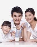 Familie die een glas melk, studioschot delen Royalty-vrije Stock Fotografie